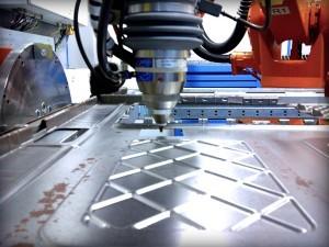 Inbetriebnahme eines Laserschneidkopfes für Laserschneiden.